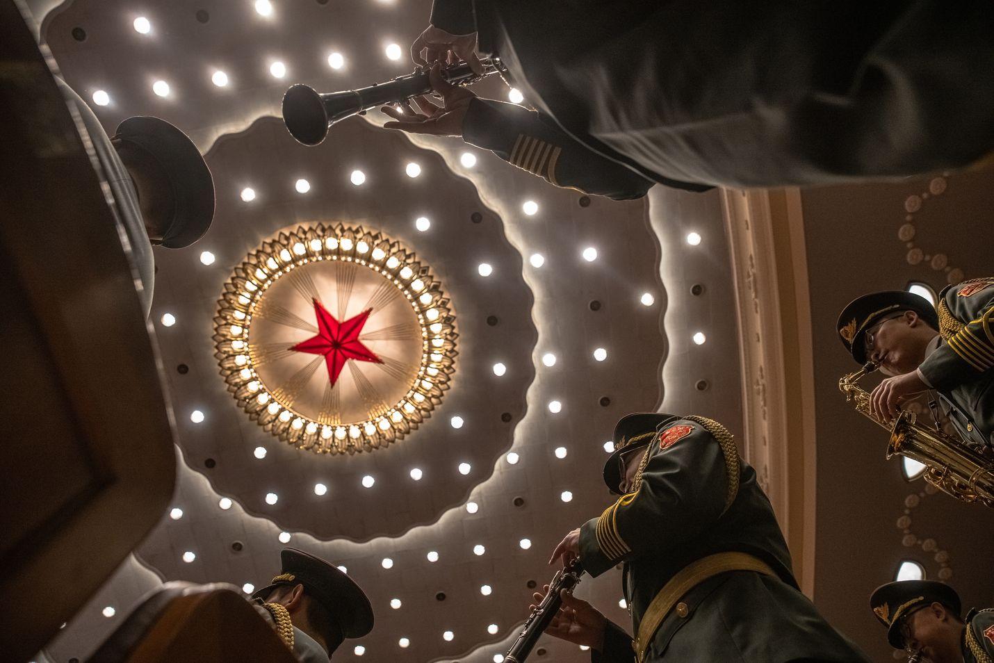 Kiinalaisen sotilassoittokunnan jäsenet esiintyivät Mahtavassa kansan salissa Pekingissä 23. lokakuuta kun tuli kuluneeksi 70 vuotta Kiinan liittymisestä Korean sotaan.