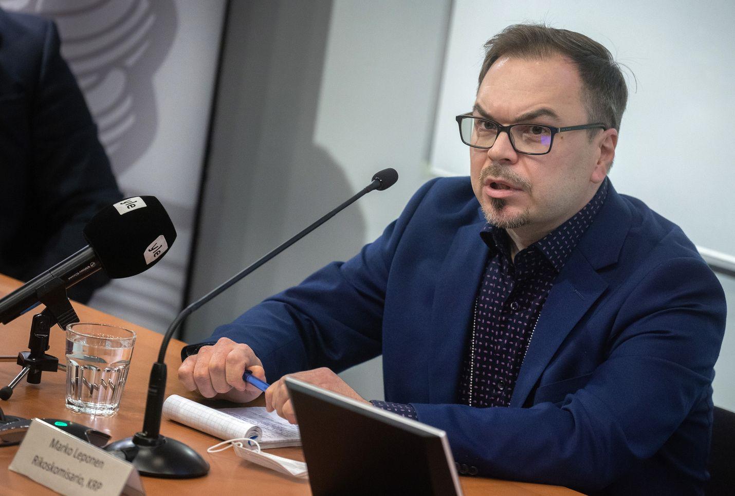Vastaamo-tapauksen tutkinnanjohtaja, Keskusrikospoliisin rikoskomisario Marko Leponen kertoo, että poliisi pyysi Vastaamoa olemaan aluksi kertomatta tietomurrosta ja kiristyksestä rikostutkinnallisten syiden vuoksi.