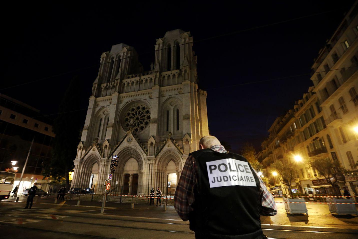Torstaina hyökkääjä iski kirkkoon Nizzassa ja tappoi kolme. Lyonissa ammuttiin ortodoksista pappia lauantaina.