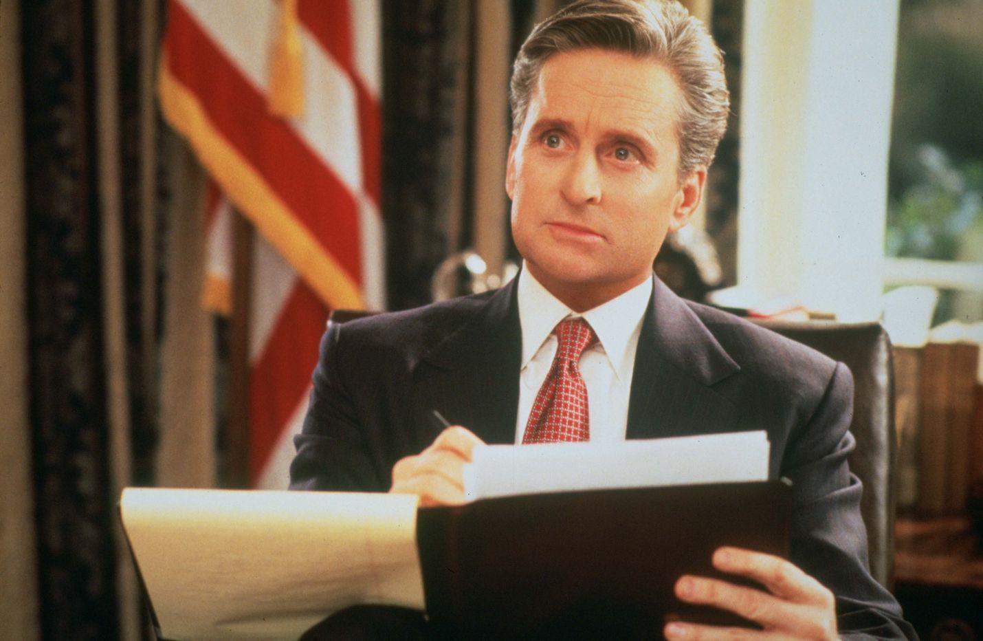Romanttisessa komediassa Yhdysvaltain presidentti (Michael Douglas) rakastuu lobbariin.