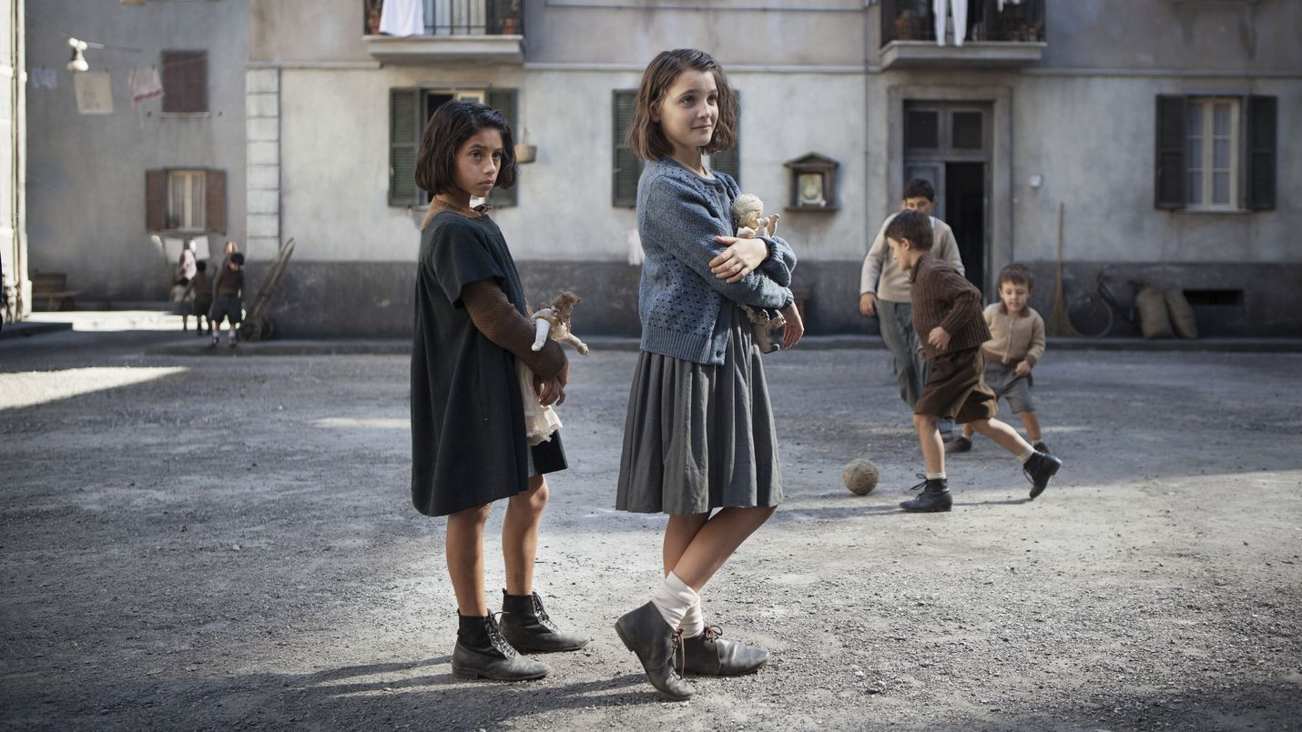 Elena Ferrante tuli tunnetuksi neljä teosta käsittävällä Napoli-sarjallaan, joka kertoo kaunistelematta Lilan ja Elenan ystävyydestä ja kasvusta. Siitä on tehty myös tv-sarja Loistava ystäväni (My Brilliant Friend), jossa nuorta Lilaa esittää Ludovica Nasti ja Elenaa Elisa Del Genio. Sarja on katsottavissa suoratoistopalvelu HBO Nordicilla.