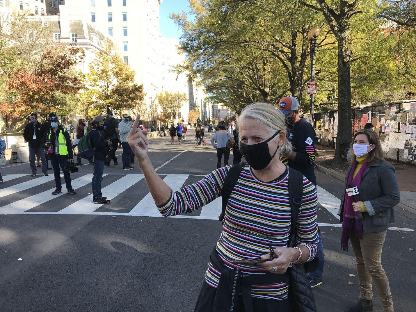 Tunteet olivat pinnassa vaaleihin liittyneissä mielenosoituksissa. Kuvan nainen protestoi uskonnollista sanomaa levittänyttä joukkoa vastaan.