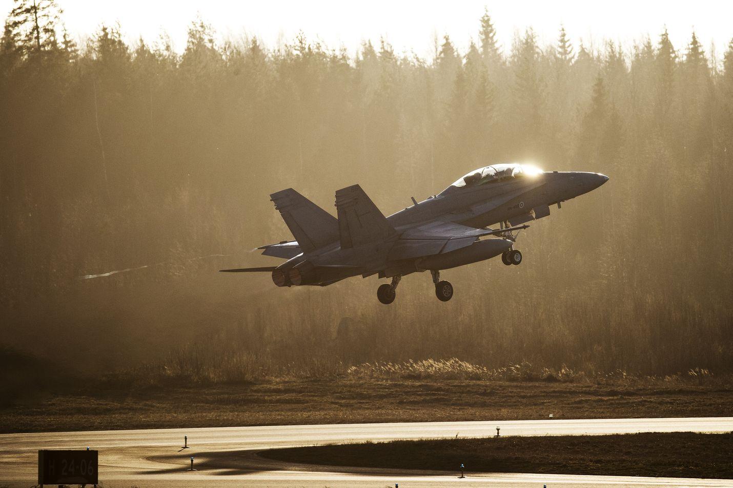 Hornet-kauppa runnottiin vuonna 1992 läpi presidentti George Bushin aikana. Suomi siirtyi hetkessä edellisvuoden lopussa hajonneen Neuvostoliiton kyljestä Yhdysvaltain asekauppakumppaniksi.