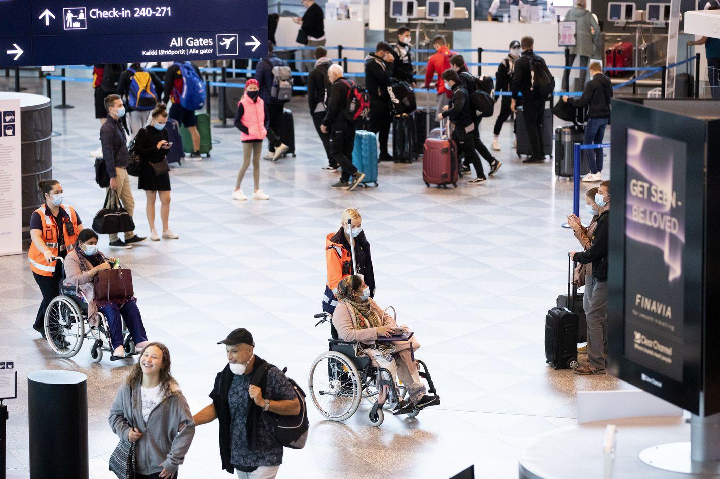 Liikenne Suomen rajoilla on vähentynyt merkittävästi syksyn aikana, kun matkustusrajoituksia on kiristetty pahenevan koronapandemian takia. Helsinki-Vantaalla tarkastettu matkustajamäärä on nyt yli 15 000 henkilöä vähemmän viikossa kuin kuukausi sitten.