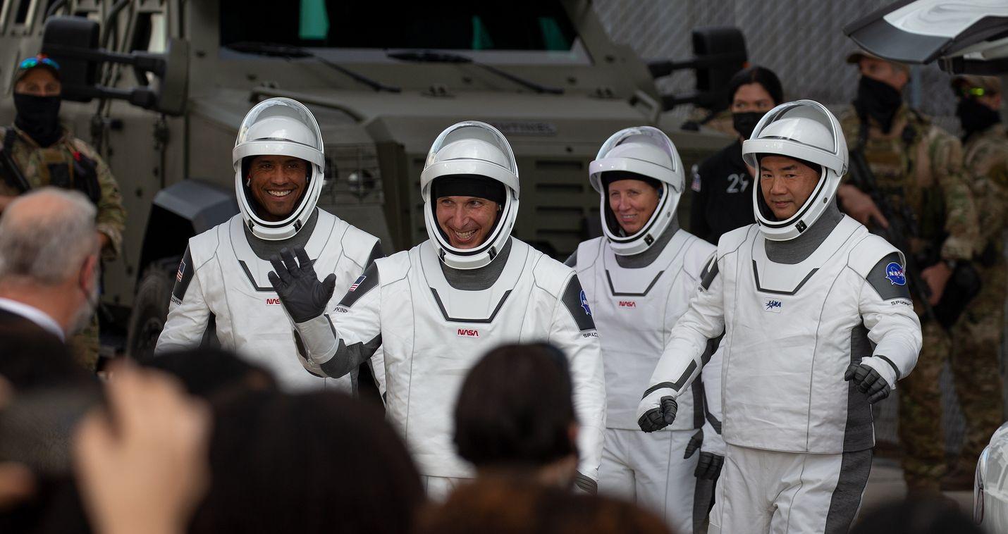 SpaceX vei maanantaina avaruuteen astronautit Victor Gloverin (vas.), Mike Hopkinsin, Shannon Walkerin ja japanilaisen Sochi Noguchin.