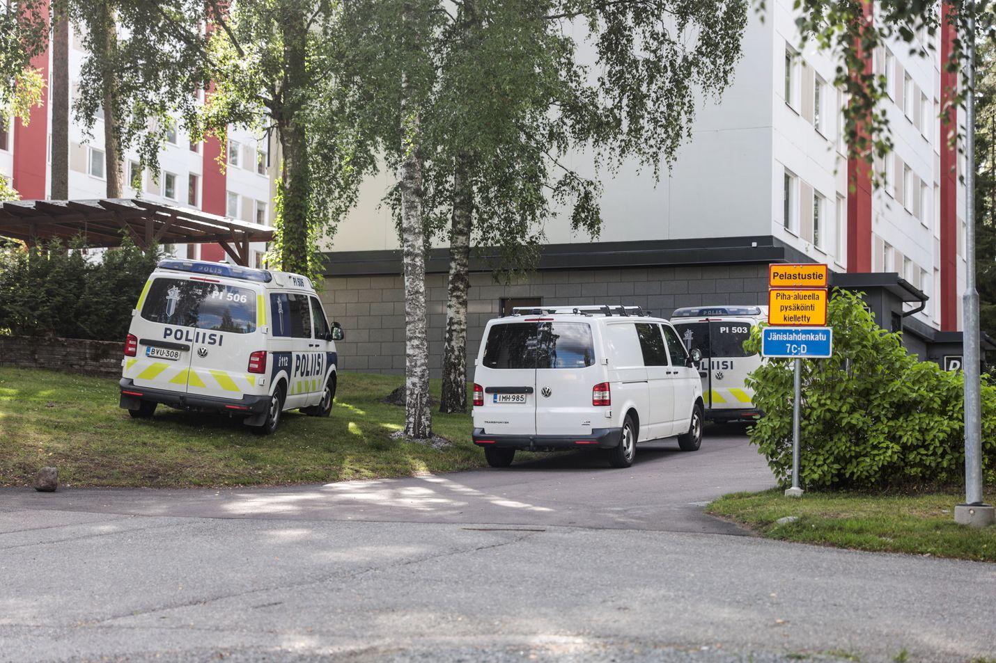Poliisin hälytystehtävät lisääntyivät merkittävästi tammi-syyskuun aikana viime vuoteen verrattuna. Yleisten paikkojen sijaan ne suuntautuvat nyt koteihin. Kuvassa poliisitehtävä Tampereella viime elokuussa.