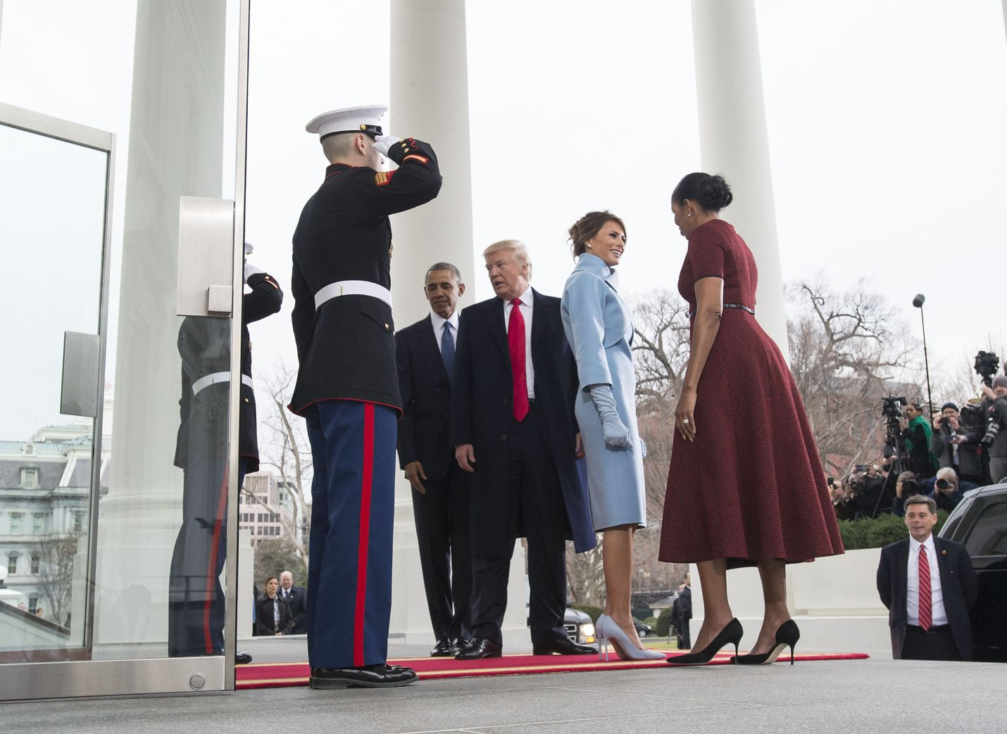 Barack Obaman (keskellä) presidenttikausi loppui 2017, kun Donald Trumpista (keskellä oikealla) tuli presidentti. Kirjassaan Obama käy läpi presidenttikautensa alkuvuodet.