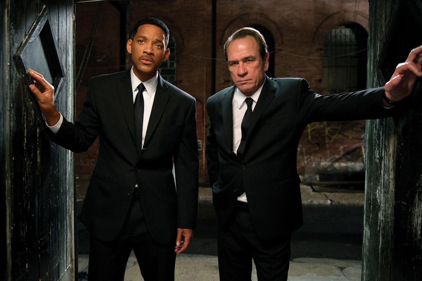 Men in Black 3 ei tarjoile yllätyksiä, mutta vitsailu ja suruton seikkailuhenki ovat yhä voimissaan. Pääosissa nähdään Will Smith ja Tommy Lee Jones.