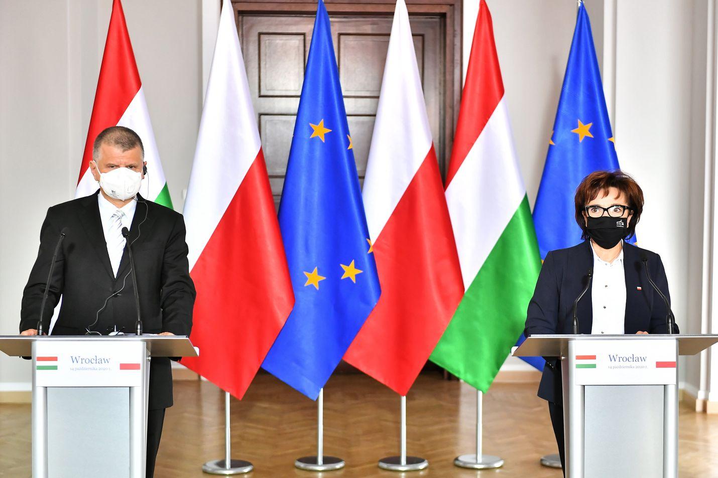 Unkarin parlamentin puheenjohtaja Laszlo Kover (vas.) ja Puolan parlamentin alahuoneen puheenjohtaja Elzbieta Witek pitivät yhteisen tiedotustilaisuuden EU-rahan  lokakuussa.