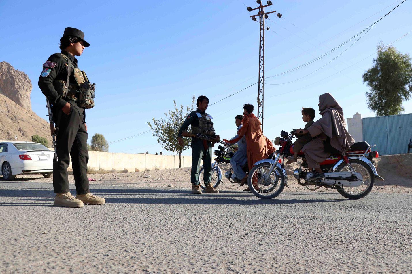Asukkaat kulkivat tarkastuspisteen läpi Kandaharissa Afganistanissa keskiviikkona.