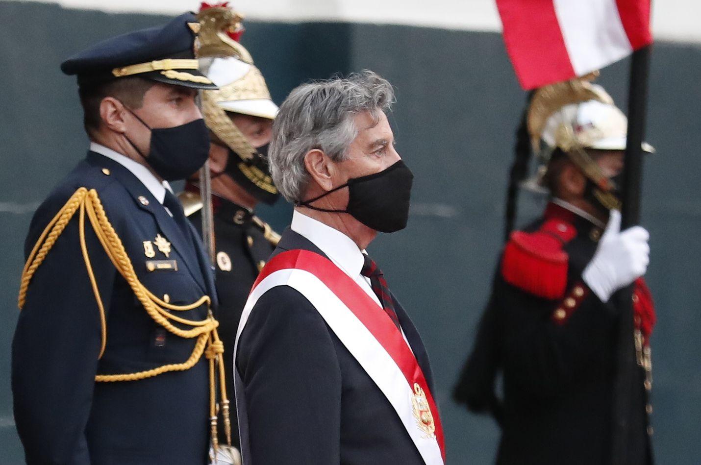 Kongressin puheenjohtajaksi Manuel Merinon jälkeen valitun Francisco Sagastin (keskellä) on määrä johtaa Perua seuraavat viisi kuukautta.
