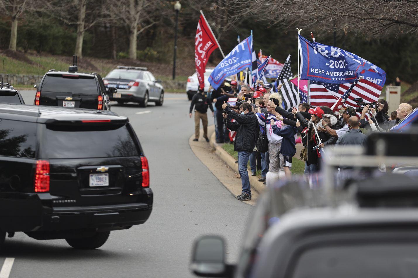 Presidentti Donald Trumpin kannattajat osoittivat suosiotaan tämän autosaattueelle presidentin mennessä pelaamaan golfia Virginian Sterlingissä sunnuntaina. Trump on kannattajineen raivostunut Fox Newsille, mitä on pitkään pidetty kritiikittömänä presidentin kanavana.