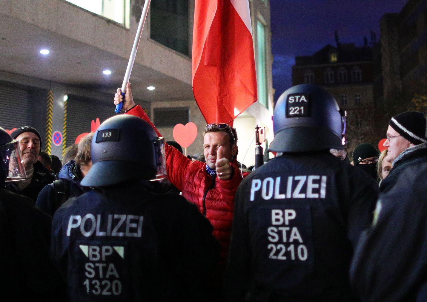 Mellakkapoliisit estivät koronavirusrajoituksia vastaan mieltään osoittaneita marssimasta eteenpäin Leipzigissa lauantaina.