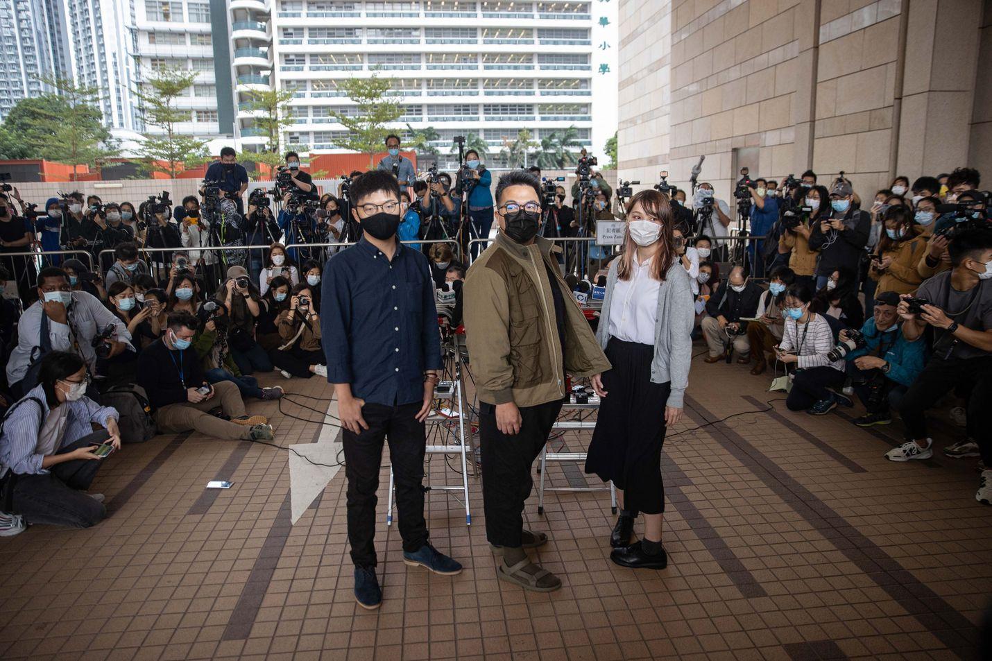 Joshua Wong (vas.), Ivan Lam ja Agnes Chow kuvattiin oikeustalon edustalla Hongkongissa maanantaina.