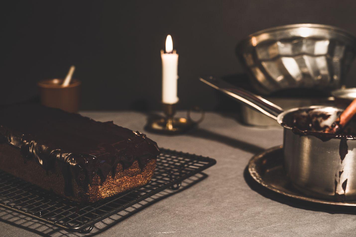 Taatelikakku on jouluisten kuivakakkujen rakastettu klassikko. Muista käyttää juuri leivontaan tarkoitettuja taateleita.