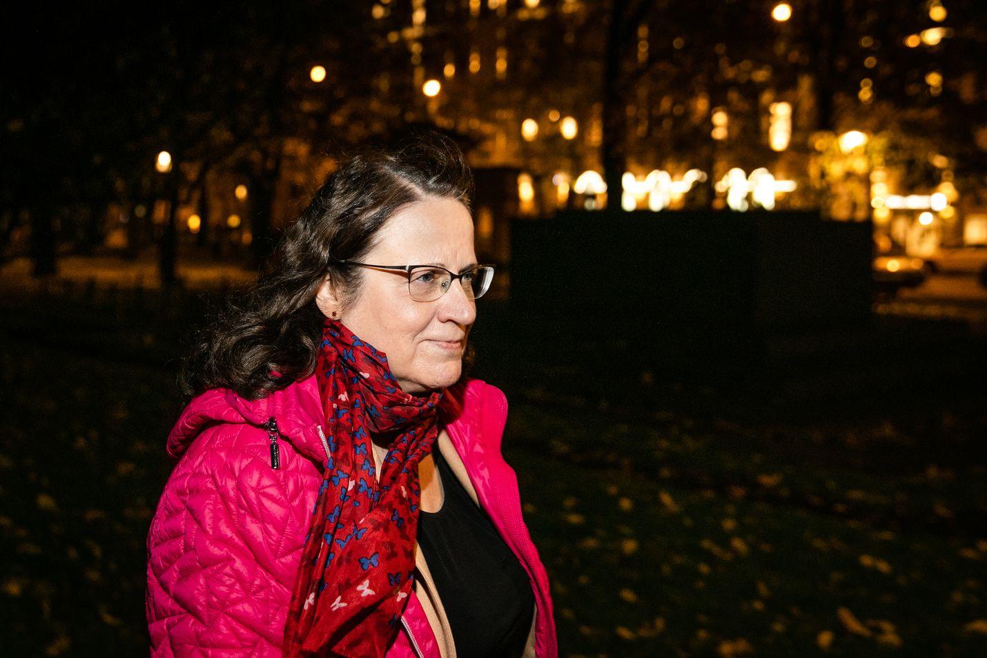 Työ- ja elinkeinoministeriössä Kirsti Loukola-Ruskeeniemi oppi kirjoittamaan vaikeista asioista selkeästi ja kiinnostavasti, kun hän virkamiehenä kirjoitti puheita ja taustamuistioita ministereille. Se on auttanut historiallisen romaanin kirjoittamisessa.
