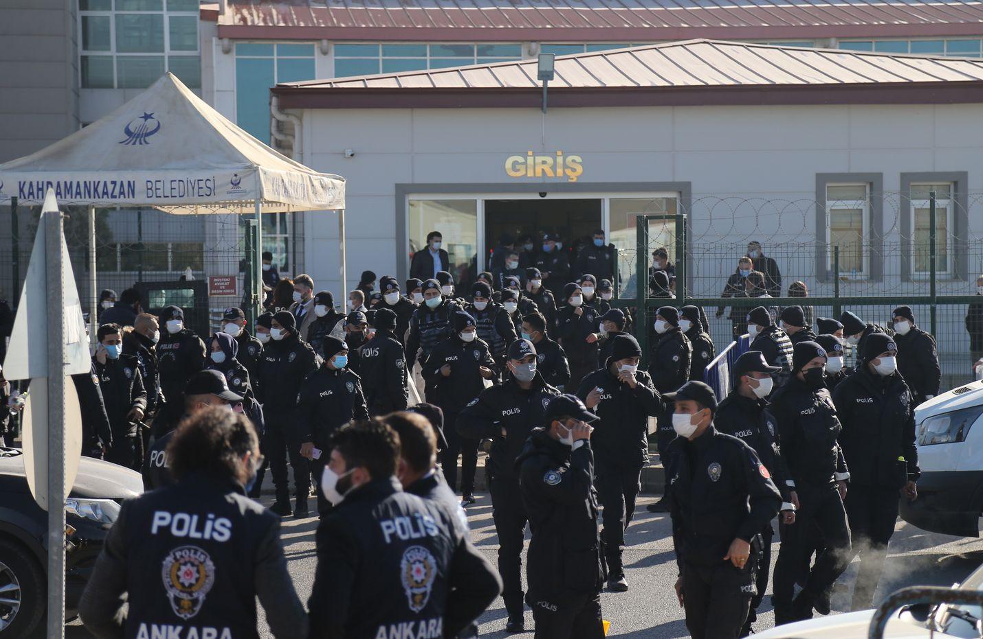 Poliisi vartioi oikeudenkäynnin sijaintia, Sincanin vankilaa Ankarassa torstaina.