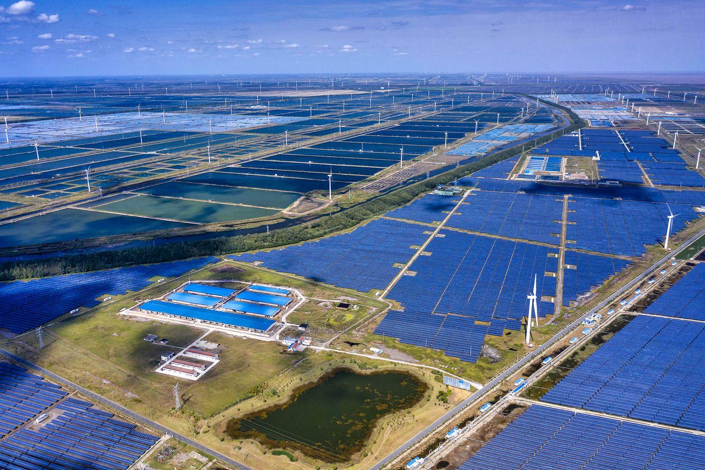 Vaikka Kiina on vielä erittäin riippuvainen hiilivoimasta, ovat investoinnit uusiutuvaan energiaan valtavia. Maailman suurin tuuli- ja aurinkovoimaa sekä kalanviljelyä yhdistävä kompleksi Dongtaissa.
