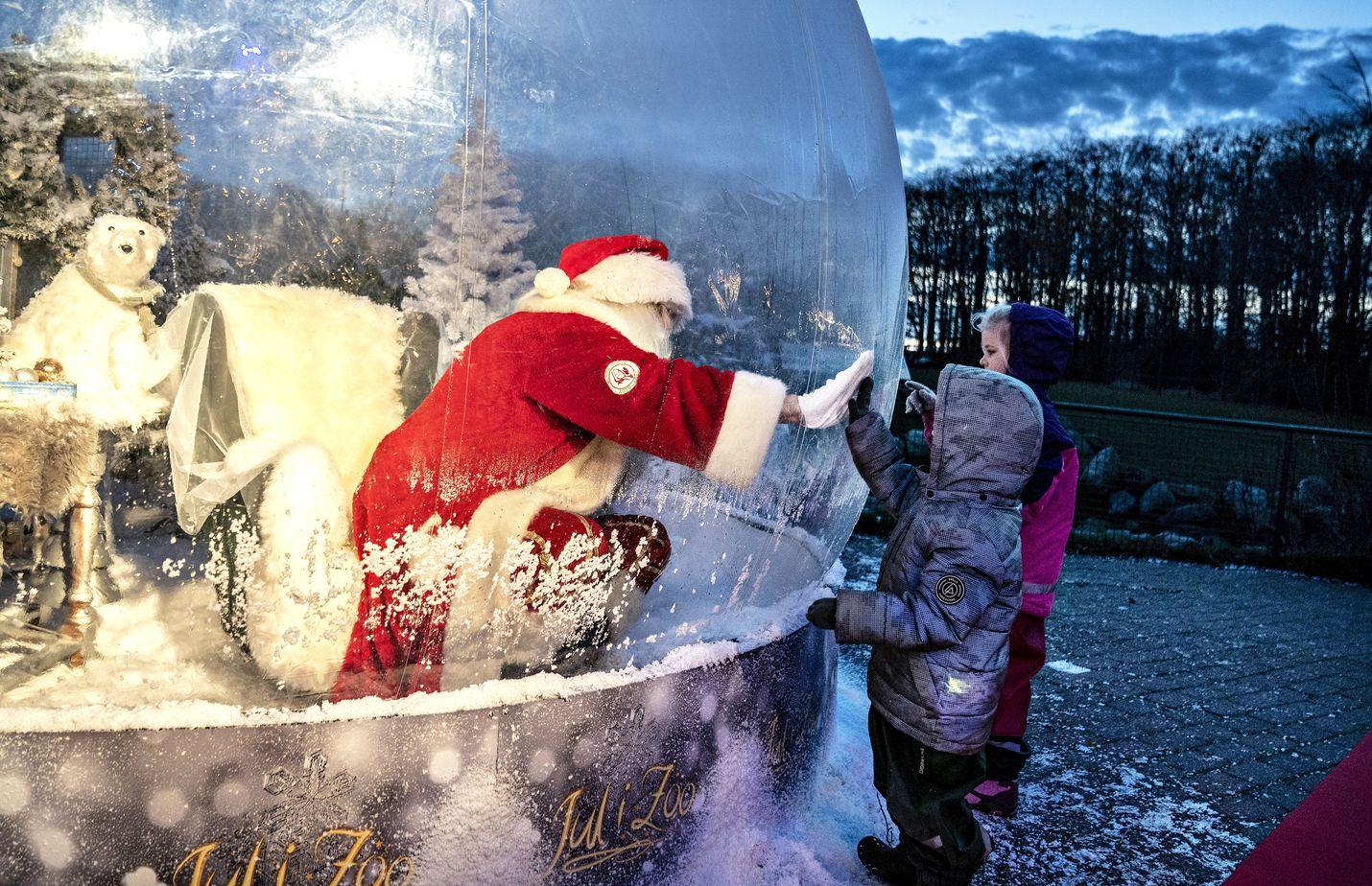 Joulupukki tervehti muovisesta kuplasta ohikulkijoita aiemmin tässä kuussa Tanskan Aalborgin eläintarhassa.