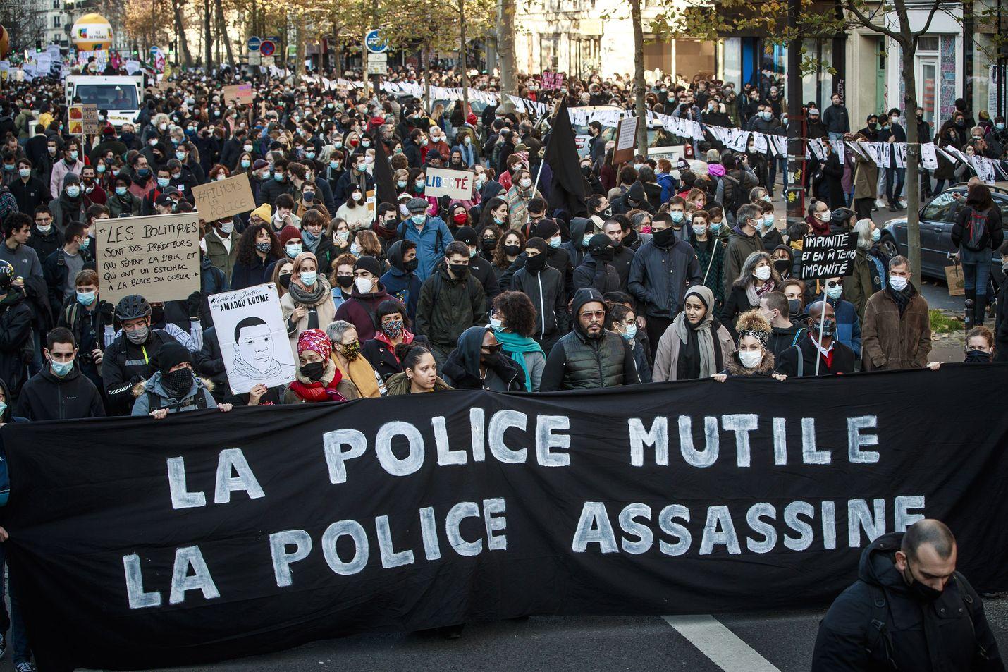 Tuhannet ihmiset protestoivat uutta turvallisuuslakia vastaan viikonloppuna Pariiisissa.
