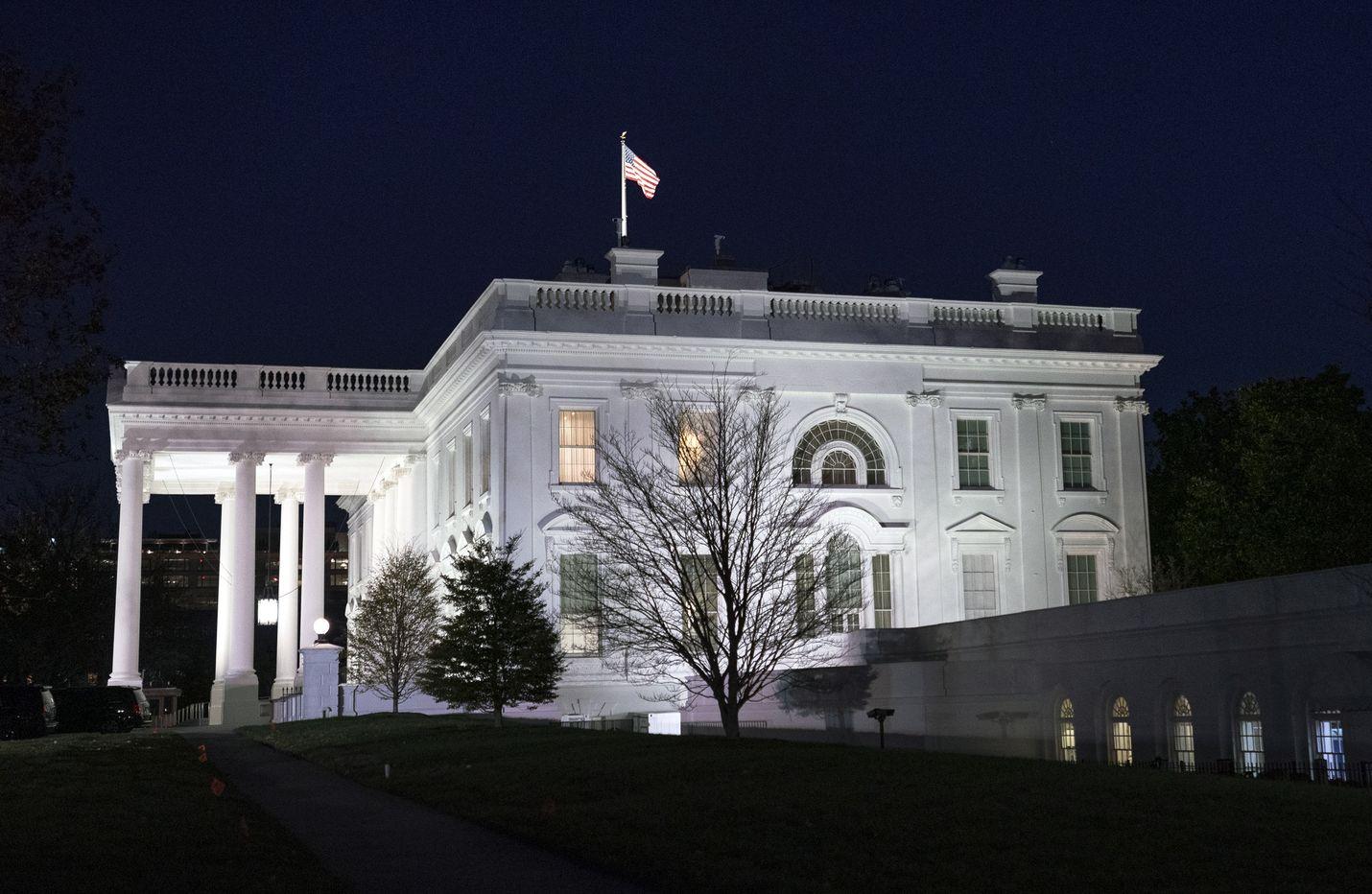 Yhdysvalloissa selvitetään julkistettujen asiakirjojen mukaan, onko Valkoiseen taloon siirretty rahaa presidentin armahdusta vastaan. Arkistokuva.