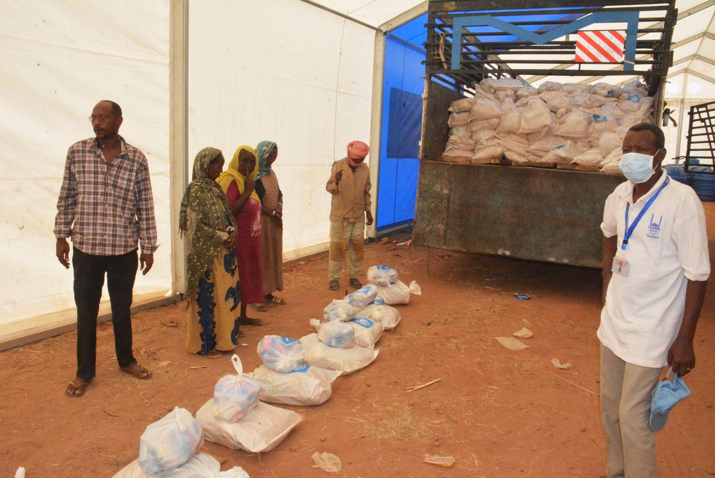 Sudanin itäosassa sijaitsevassa pakolaisleirissä annettiin ruoka-apua marraskuun lopulla. Yli 40 000 ihmistä on paennut Etiopian pohjoisosan taisteluja Sudaniin.