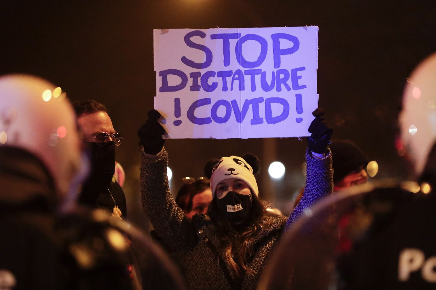 Koronarajoituksia vastustavia mielenosoituksia on nähty eri puolilla Eurooppaa. Niistä raportointi on muuttunut toimittajille riskialttiiksi. Kuvan mielenosoitus oli marraskuun lopussa Belgian Liegessä.