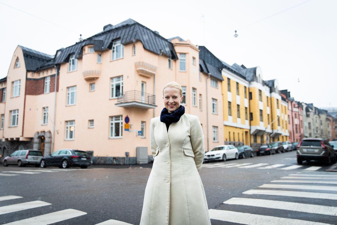 Tila- ja konseptisuunnittelija Margit Sjöroos on sitä mieltä, että klassiset rakennukset olisivat ihmisten hyvinvoinnille parempia kuin raskasurbanismin nykyarkkitehtuuri. Sjöroos kuvattiin Huvilakadulla Helsingin Eirassa.