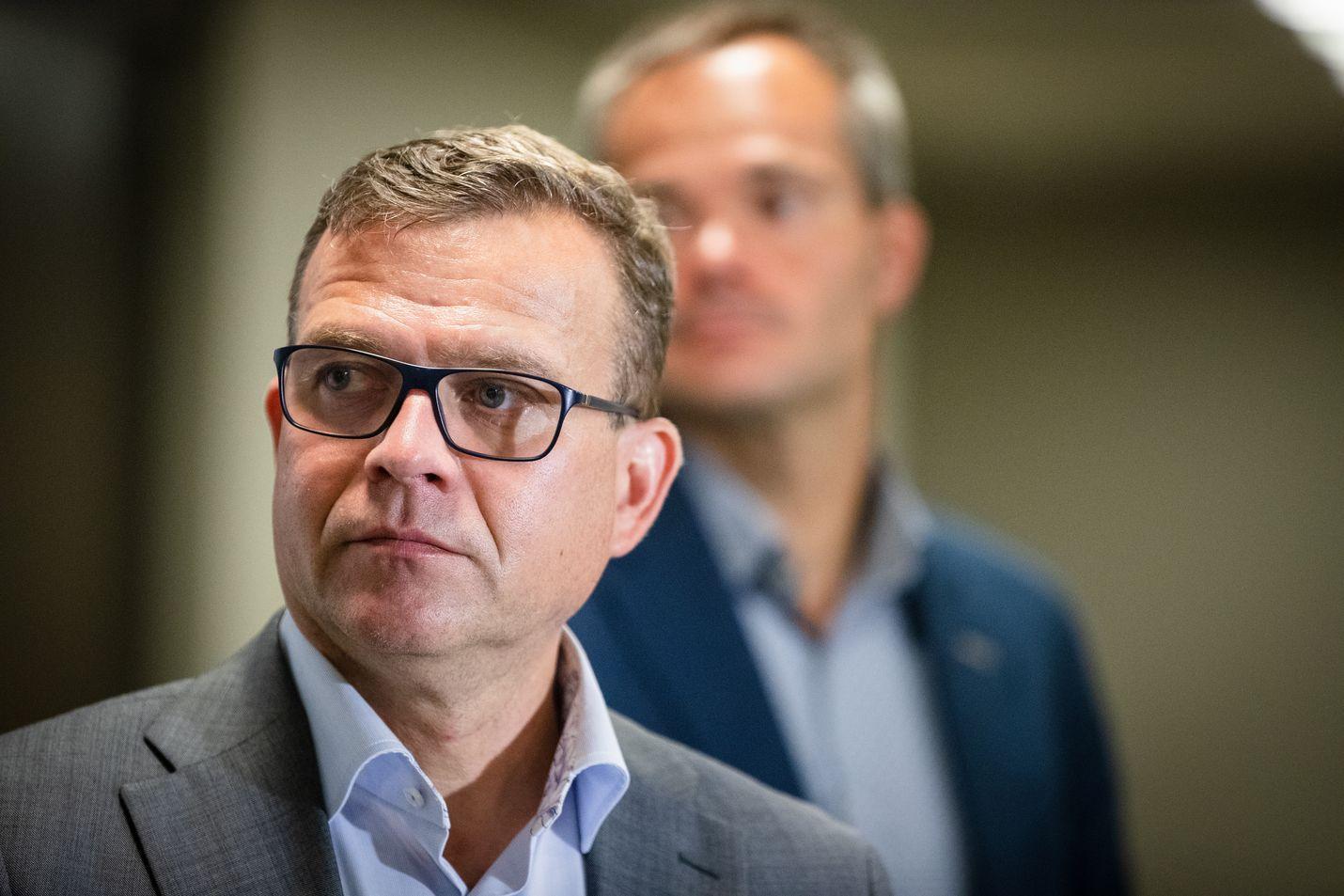 Kokoomuksen puheenjohtaja Petteri Orpo (edessä) varoittaa populismin vaaroista Yhdsvaltojen lisäksi Euroopassa ja Suomessa. Taustalla puolueen eduskuntaryhmän puheenjohtaja Kai Mykkänen.