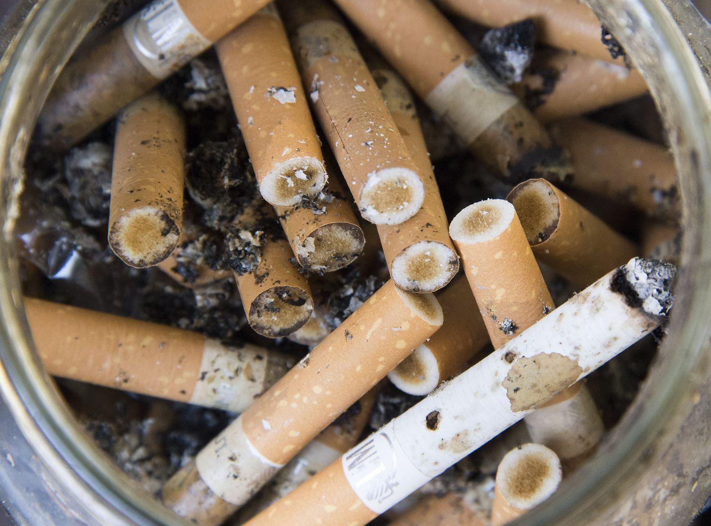 Parvekkeella tupakoinnista ja siellä käryävästä tuhkakupista kulkeutuu helposti savua naapurihuoneistoihin.