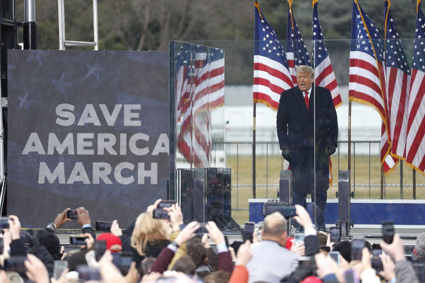 Donald Trump puhui kannattajilleen viime keskiviikkona Valkoisen talon lähellä ennen kuin mellakoitsijat tunkeutuivat kongressirakennukseen.