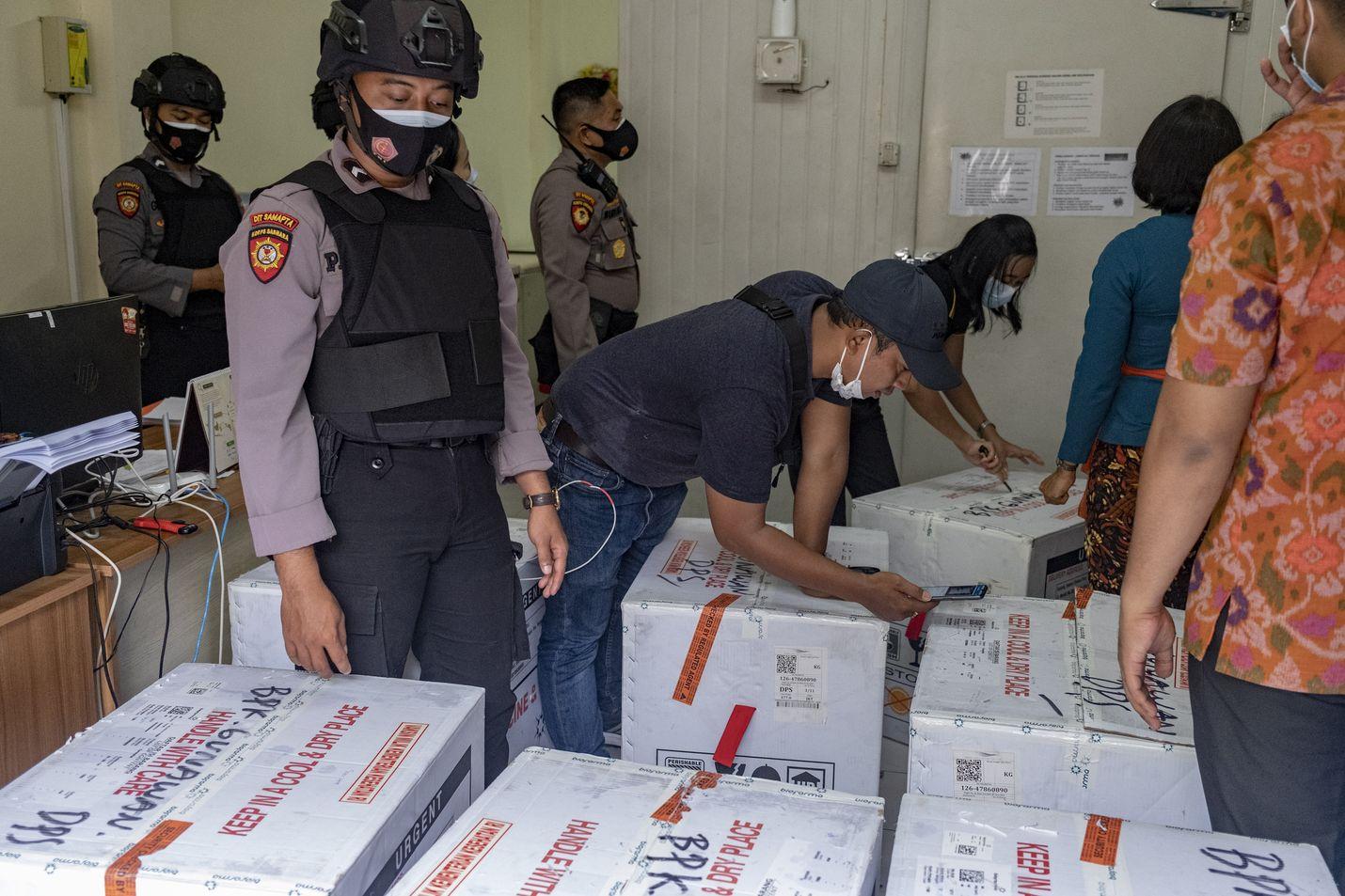 Indonesian viranomaiset tarkastivat Sinovacin koronarokotteita sisältäviä laatikoita tammikuun alussa Balilla.