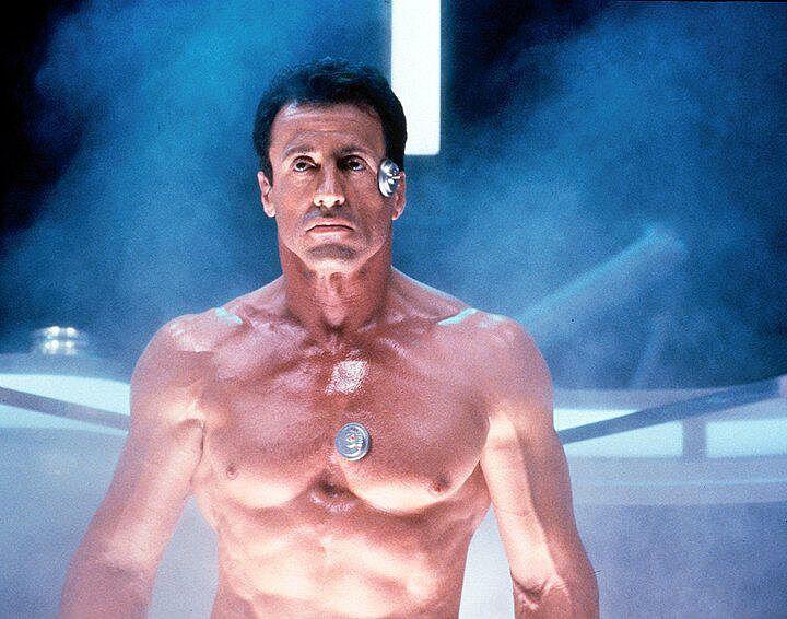 Sylvester Stallone on rankka kyttä, joka sulatetaan syväjäästä vuoteen 2032 ketterässä scifi-jännärissä Demolition Man.