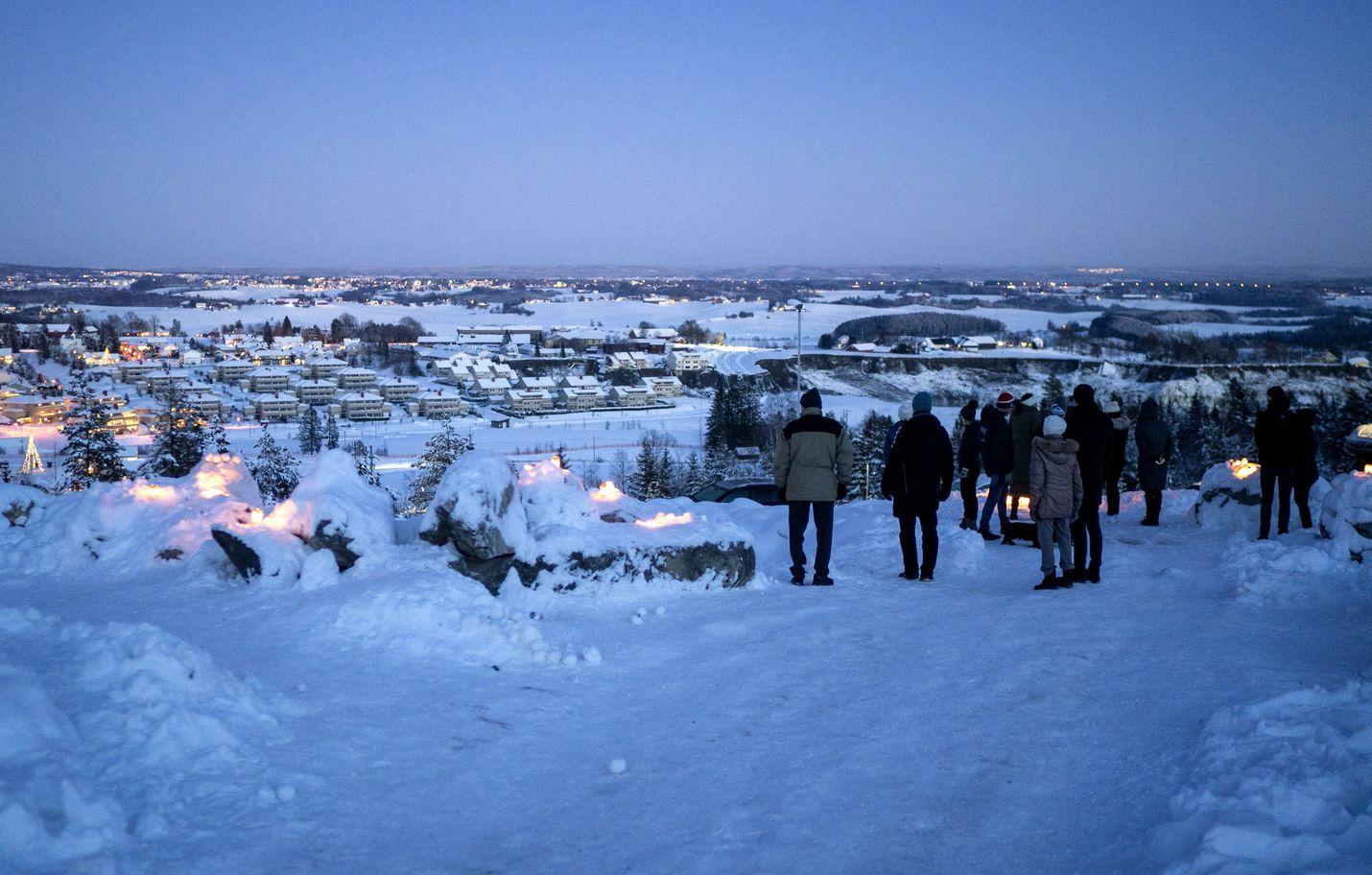 Ihmiset kävivät sytyttämässä kynttilöitä maanvyöryalueella Askissa.