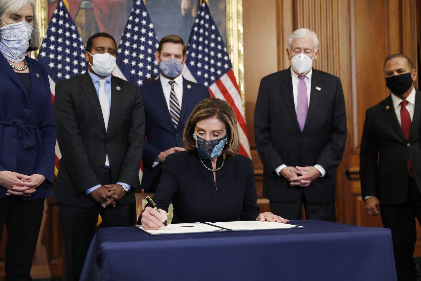 Edustajainhuoneen puhemies Nancy Pelosi allekirjoitti Trumpia vastaan nostetun virkarikossyytteen keskiviikkona kongressissa.