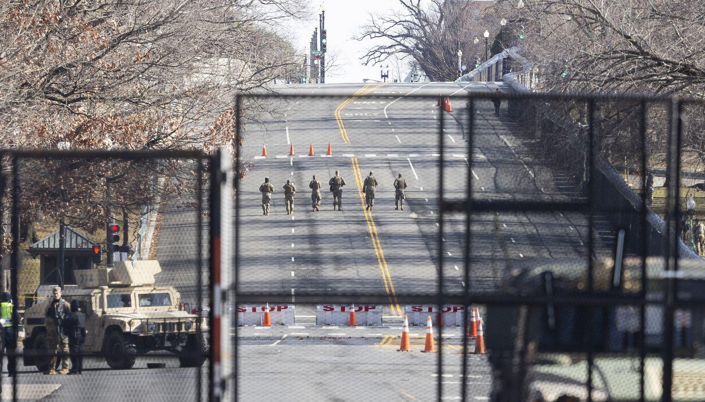 Kansalliskaartin joukot partioivat aidatulla kongressitalon edustalla Washingtonissa perjantaina. Kaupunkiin asetetaan ainakin 20 000 kansalliskaartin sotilasta ja muita turvatoimia, joilla varaudutaan mahdollisiin väkivaltaisuuksiin liittyen Joe Bidenin virkaanastujaisiin.