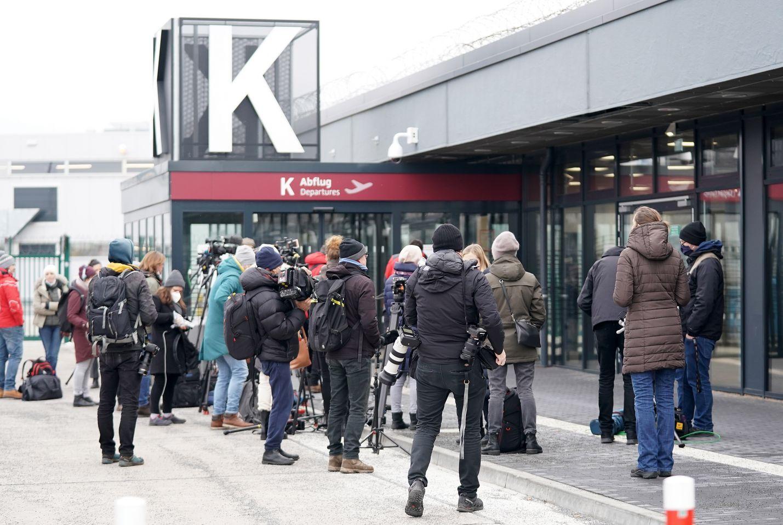 Berliinin Schönefeldin lentokentällä kokoontui joukko saattajia ja toimittajia, kun Aleksei Navalnyin sosiaalisessa mediassa ilmoittaman reittilennon lähtöaika lähestyi.