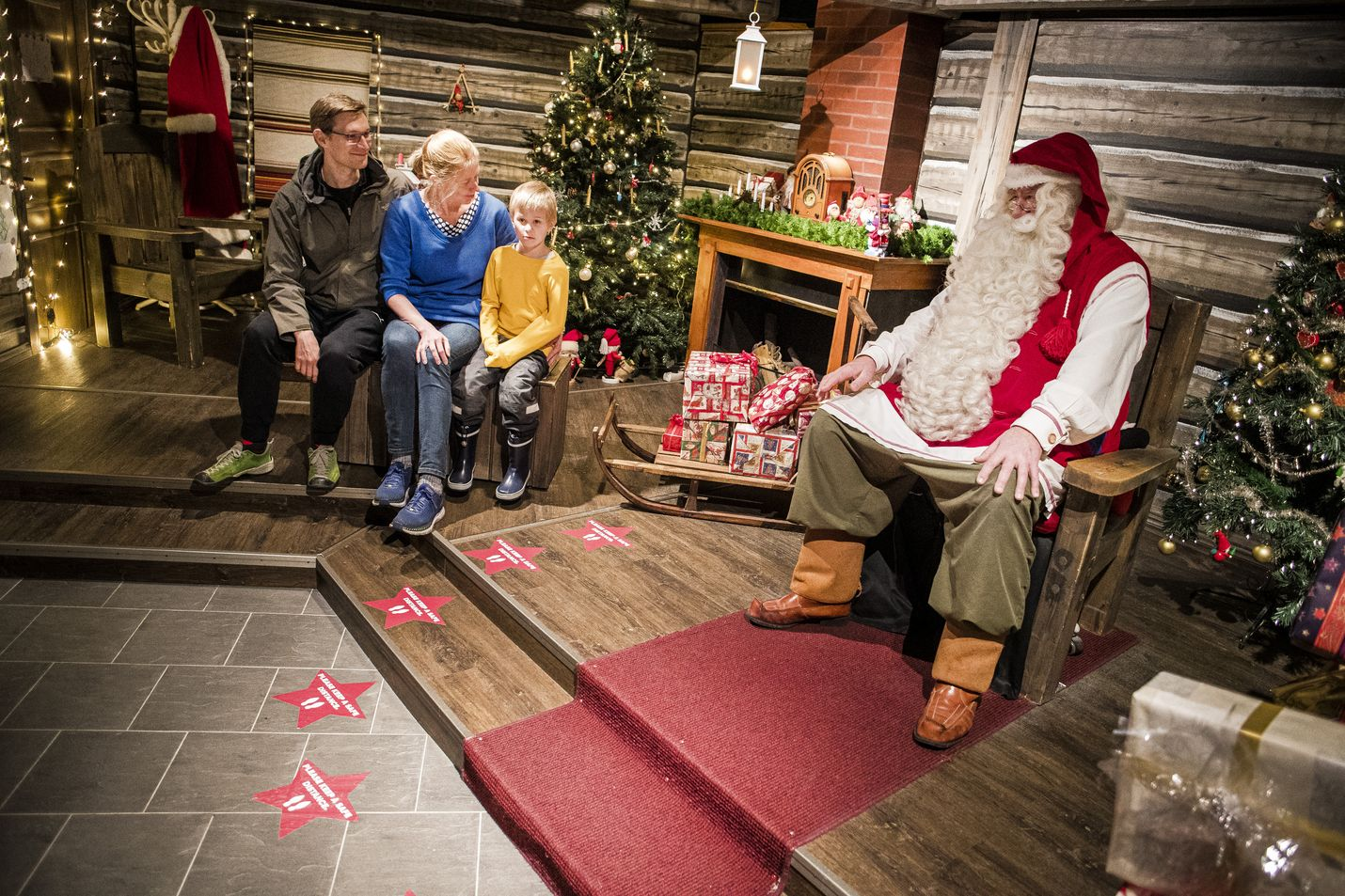 Sampo Voima, Johanna Kalja-Voima ja heidän Ilmari-poikansa ovat tulleet tapaamaan joulupukkia Rovaniemen napapiirille. Poikkeusoloissakin joulupukin tapaaminen jännittää perheen pienempiä kovasti.