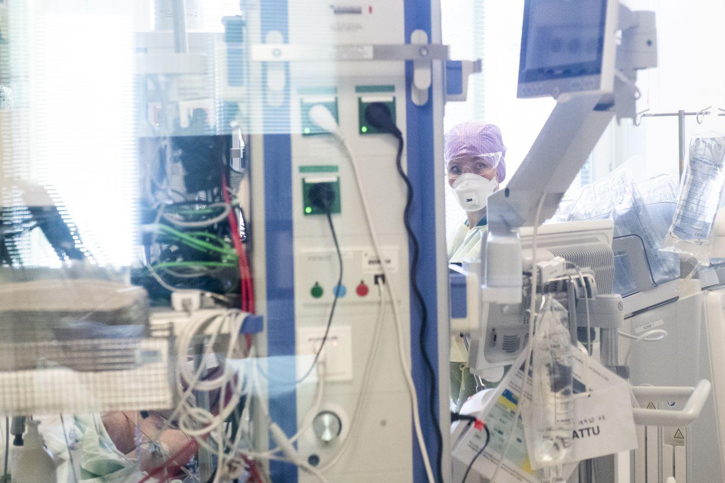 Uusia Covid-19 -tehohoitojaksoja on epidemian aikana alkanut eniten viikolla 15 eli huhtikuussa viime vuonna. Eniten tehohoitopotilaita on ollut ja on edelleen Helsingin ja Uudenmaan sairaanhoitopiirissä.