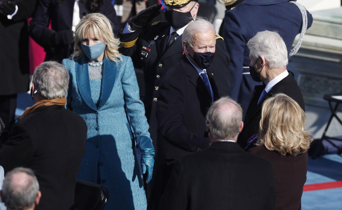 Yhdysvaltain entinen presidentti Bill Clinton onnitteli Joe Bidenia keskiviikkona kongressitalolla.
