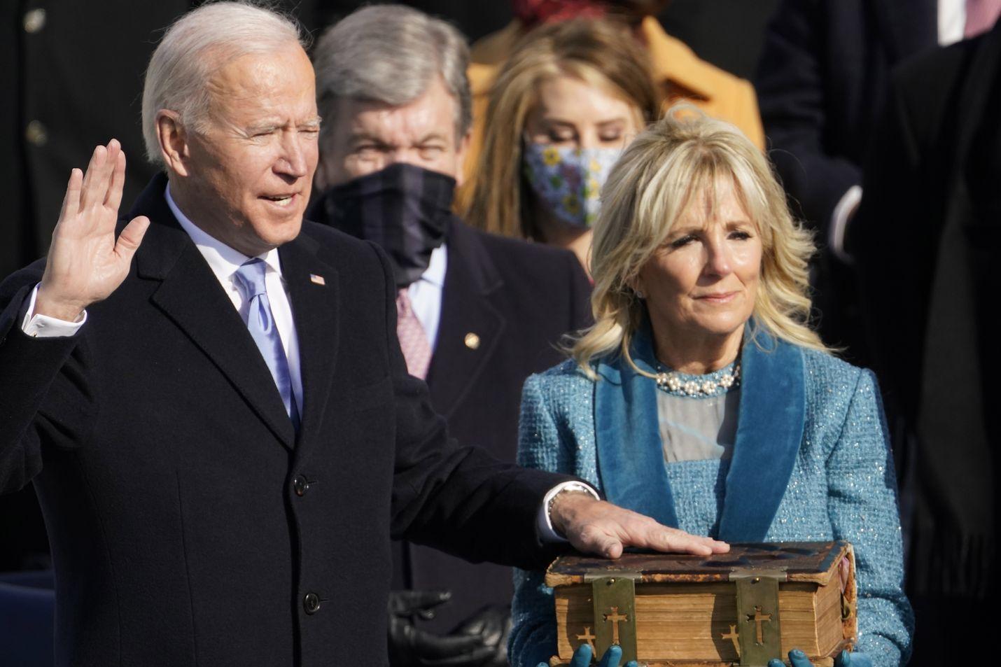 Joe Biden vannoi virkavalansa. Vieressä seisoo Jill-vaimo.