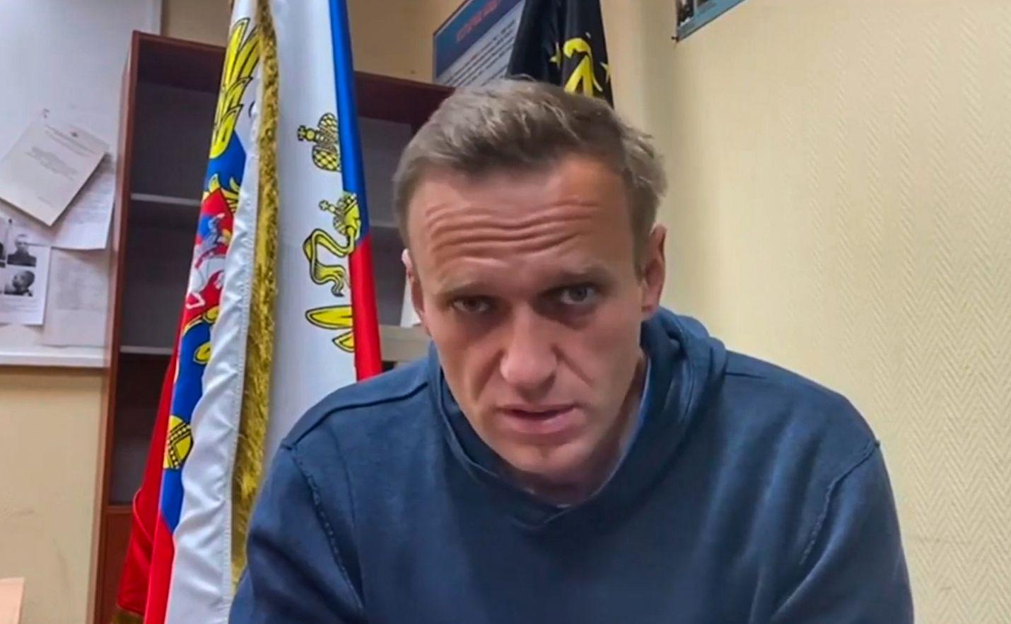 Aleksei Navalnyi oli maanantaina Himkin poliisiasemalla, jossa pidettiin oikeuden istunto. Kuvakaappaus Navalnyin julkaisemalta videolta.