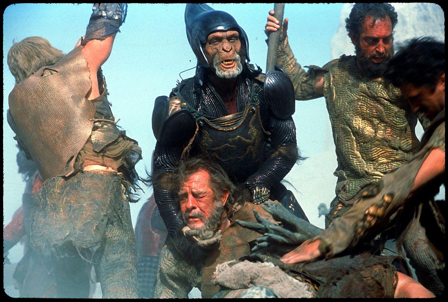 Scifi-klassikossa vian saanut avaruusalus tekee pakkolaskun apinoiden planeetalle.