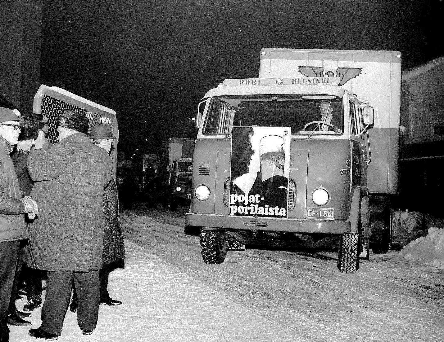 """Keskioluen vapauttaminen vuonna 1969 oli suuri muutos suomalaisessa olutkulttuurissa. Porissa oluttehtaan portille kerääntyi kansaa katsomaan, kun rekkaletka lähti kuljettamaan """"porilaista"""" ruokakauppoihin eri puolille maata."""