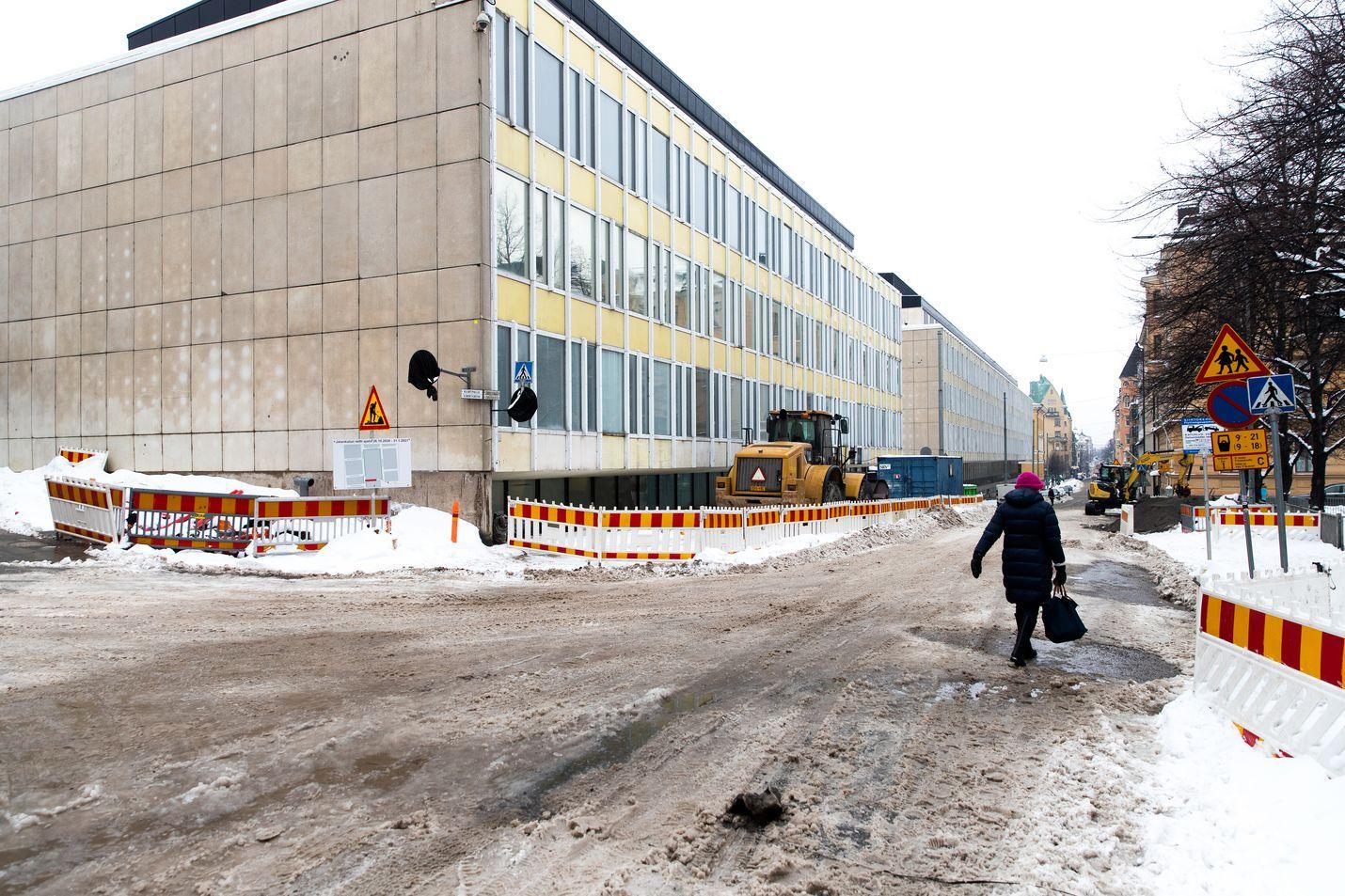 Supon uudet tilat nousevat Helsingin Kaartinkaupunkiin, jossa on myös Puolustusvoimien pääesikunta. Supo vastaa siviilitiedustelusta, kun Puolustusvoimat hoitaa sotilastiedustelun.