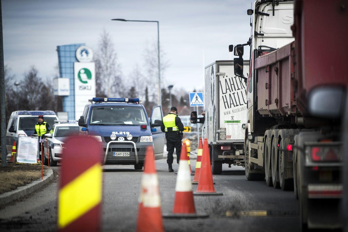 Länsirajaliikenteen tarkastusta on tehty jo viime vuoden maaliskuusta lähtien muun muassa Tornion ja Haaparannan välisellä rajalla. Keskiviikosta lähtien käytännön työssä rajoilla voi tulla enemmän ihmisten ohjaamista testeihin, mutta vielä tätä ei konkreettisesti tiedetä.