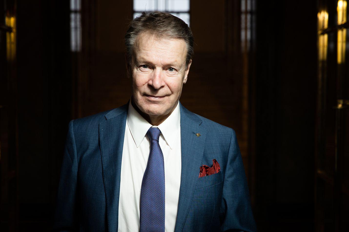 Kokoomuksen pitkäaikainen kansanedustaja Ilkka Kanerva on parlamentaarisen asevelvollisuuskomitean puheenjohtaja.