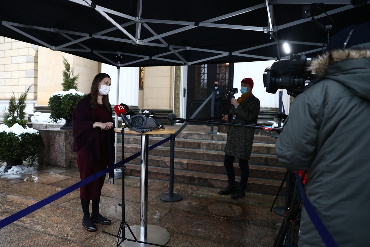 Pääministeri Sanna Marin (sd.) antoi Säätytalon portailla kommentteja tiedotusvälineille. Hänen mukaansa Suomi pyrkii löytämään naapurimaidensa kanssa kestäviä ja pidempiaikaisia ratkaisuja koronarajoituksiin.