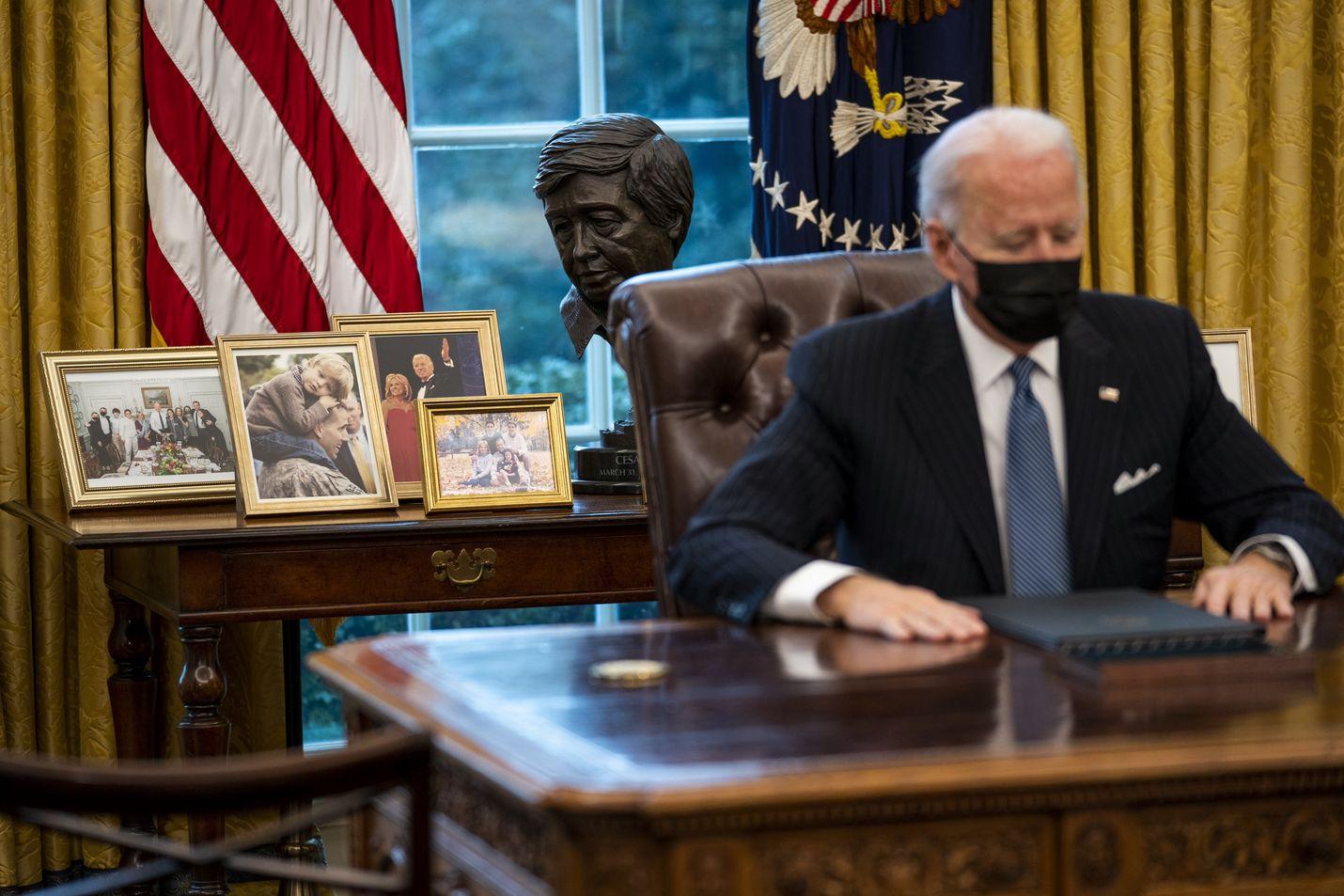 Presidentti Joe Biden on kumonnut useita edeltäjänsä Donald Trumpin päätöksiä.