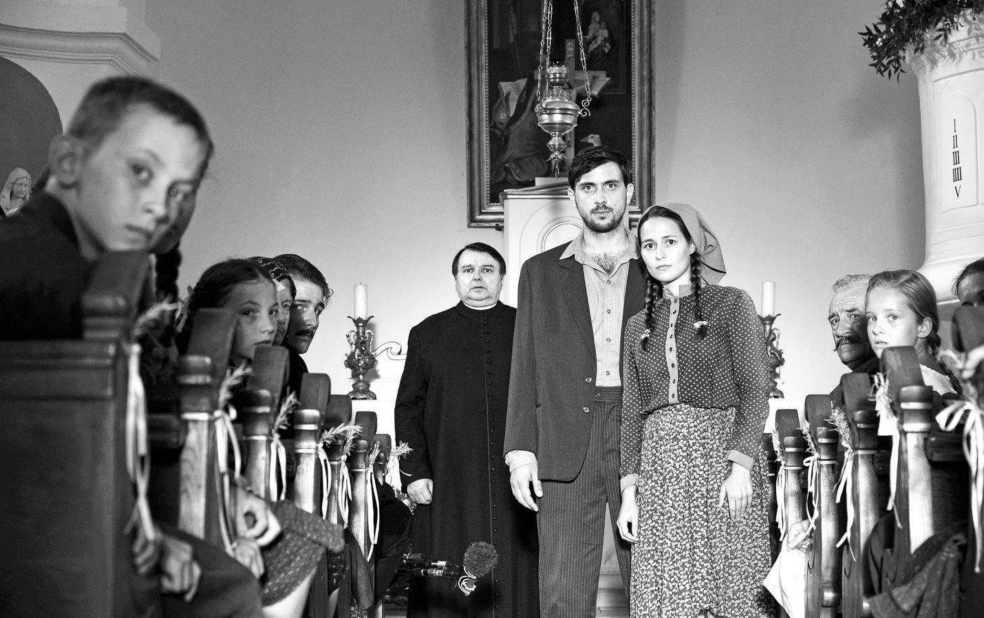 1945-elokuvassa unkarilaiskylässä vietetään notaarin pojan häitä. Neuvostoliiton puna-armeija on ottamassa komentoa, ja junasta astuu kaksi juutalaismiestä kuin muistona kesken jääneestä kansanmurhasta